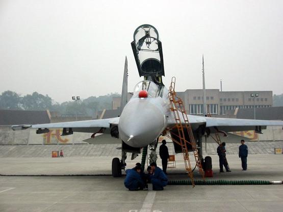 图文:新出厂的国产歼-11战机