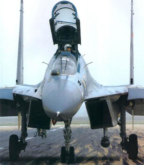 图文:中国空军苏-30MKK战斗轰炸机正视图