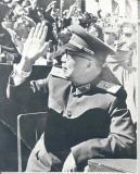 图文:聂荣臻元帅向在空中的吴克明挥手致意