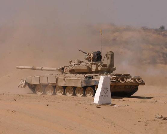 图文:印度陆军T-90S主战坦克进行实战演习