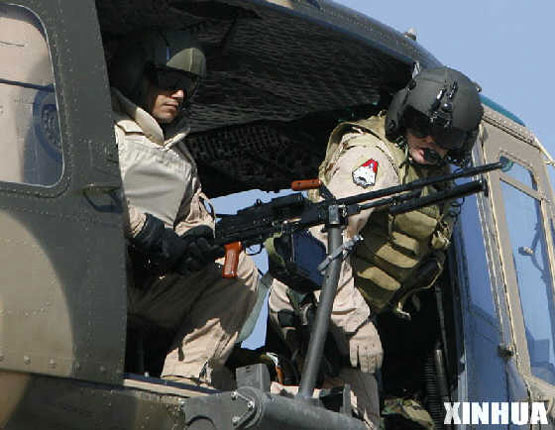 图文:伊拉克士兵和美军士兵同乘休伊2直升机