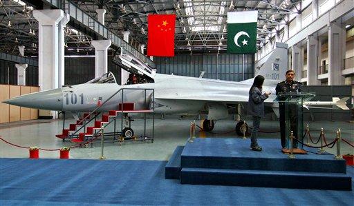 中国向巴基斯坦交付首批2架枭龙战机(组图)