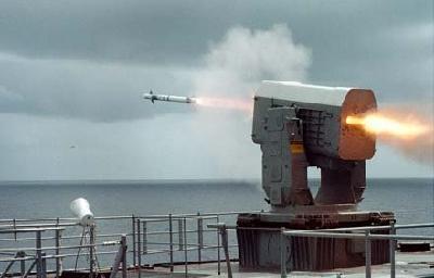 图文:韩国独岛号两栖登陆舰在发射导弹