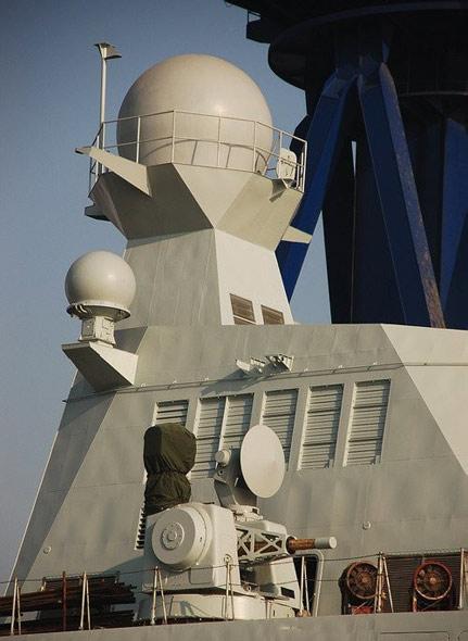 图文:新型护卫舰主桅杆雷达特写