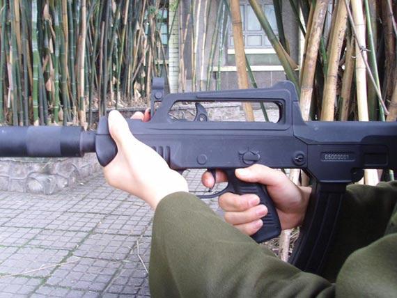 图文:05式微声冲锋枪快慢机的设置位置