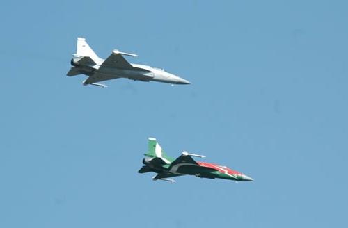 图文:巴基斯坦两架不同涂装的枭龙战机