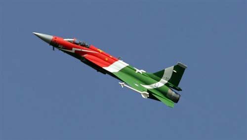 图文:巴方将该机涂上了中巴两国国旗图案