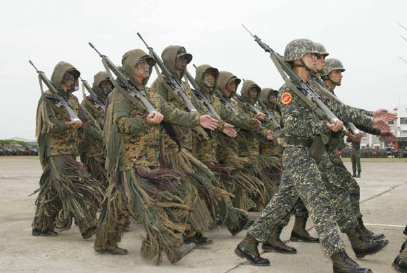 图文:台湾海军陆战队狙击手列队受阅