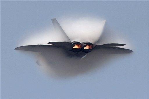 组图:F-22猛禽战机在美国海军航展中表演