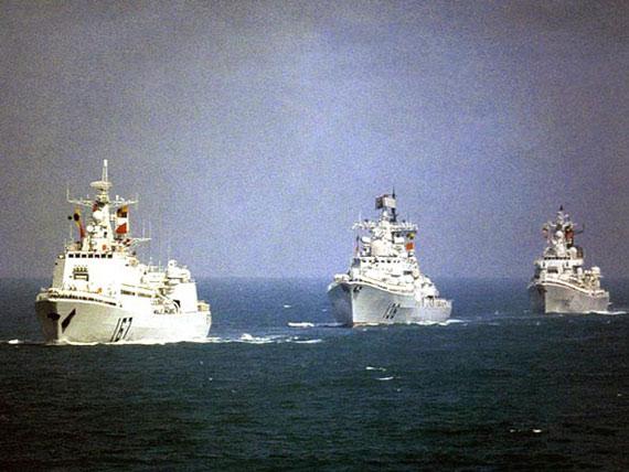 图文:海军两艘现代舰与深圳号战舰海上列队航行