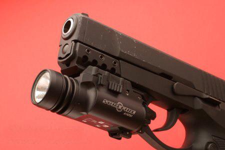 图文:加挂战术手电的92式9毫米手枪
