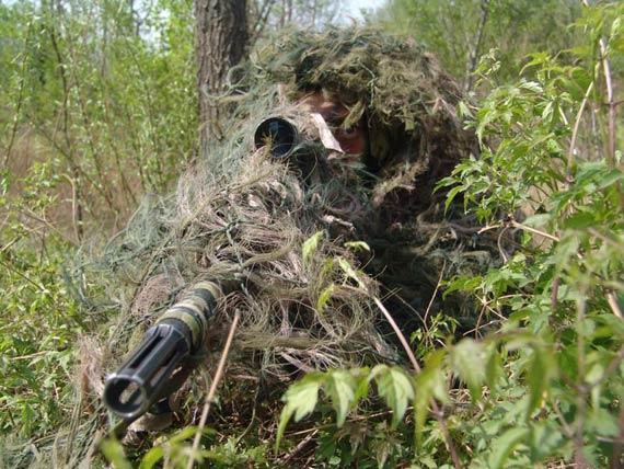 图文:解放军狙击手全神贯注瞄准目标
