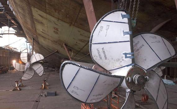 图文:布什号航母已经安装远毕的超大型螺旋桨