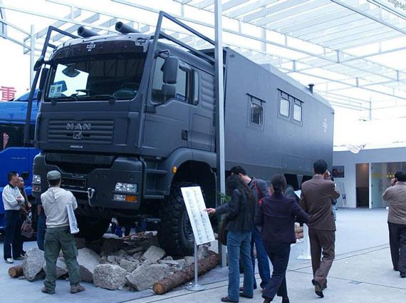 图文:上海车展上的重型装甲越野车特写
