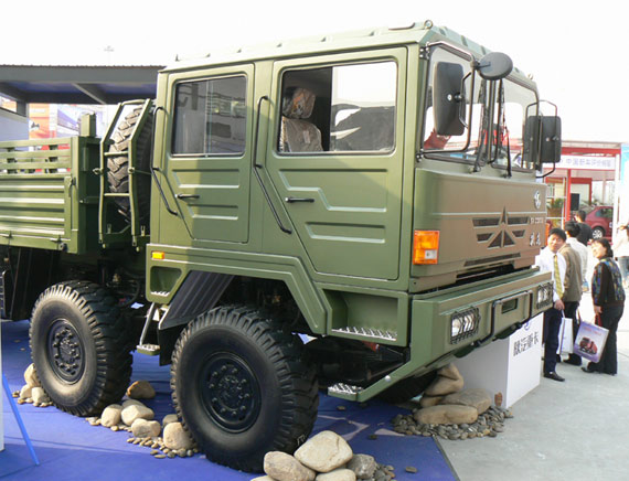 图文:陕汽SX2300重型军用越野汽车亮相车展