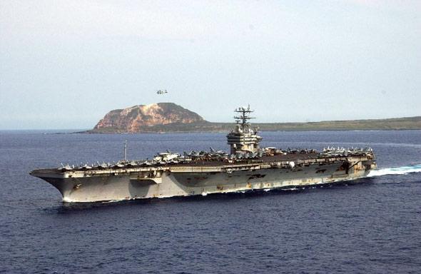 图文:美军卡尔文森号航母在关岛基地附近游弋