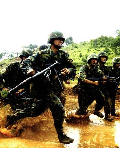 解放军陆军部队进行进攻演练