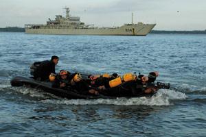 56国武官观看我军中之军海军陆战队迎外大演练