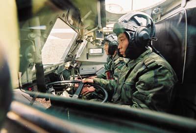 解放军92式轮式步兵战车实战试车报告(组图)