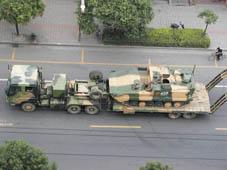 轻装骁骑:实战演习场上的国产86式步兵战车上