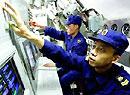 中国海军新型潜艇鱼雷兵在水下操作