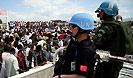 中国赴海地维和警察防暴队队员正在执行任务