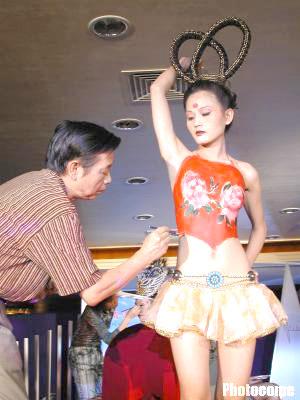 美阴人体艺术_人体彩绘扮美时尚女孩(图); 幼女人体艺术图片; 幼童人体