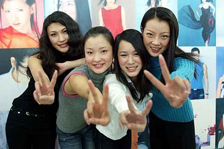 2002新丝路大赛冠军杜鹃(左二),亚军张迪(左一),季军樊悦歌(右一)和