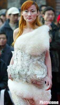 南京女模特身披仿动物皮毛表演时装秀(图)