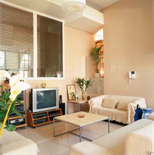 房屋顶部四周的不规则方块造型立体简约,坐在下面的沙发里聊天,被周围
