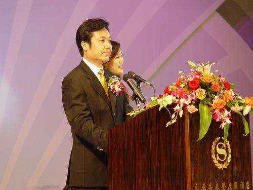 图文:三亚市常务副市长张琦在迎接晚宴上致词