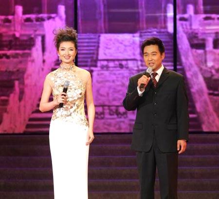 国际小姐世界大会主持人王静(左)和季小军(右)