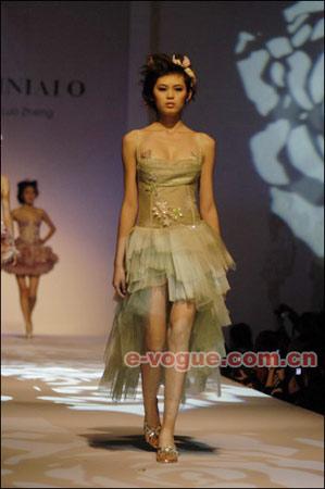 模特在展示设计师罗峥的作品