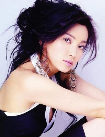 李冰冰/紫色谜情//李冰冰:唇妆与眼影,统统用了粉紫色,这样的搭配,...