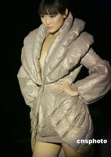 北京国际时装周上展示新款羽绒服(图)