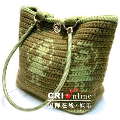 一款毛线编织包包带来柔软而温暖的感觉,看似diy的可爱图案吸取大自然