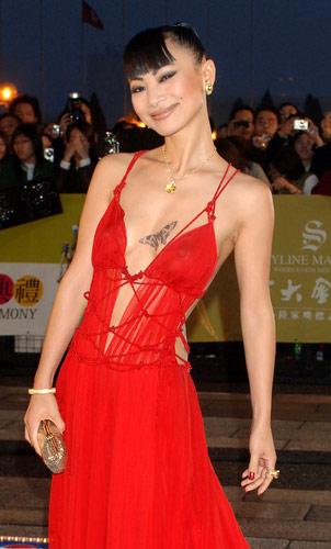胸红色曼陀罗花纹身