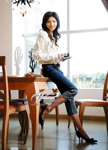 有细节设计的短靴尤其适合与牛仔七分裤相配,皮草边的装饰