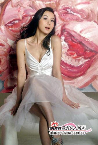 半透明的白纱裙掩不住春光无限