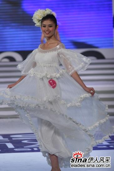 """角逐""""2006 新丝路中国模特大赛""""男,女桂冠."""