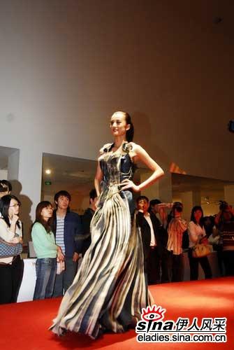 在设计作品展示期间,国内著名设计师祁刚带来了他最新的时装秀,现场为