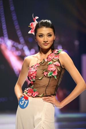 10,由中,日,韩三国顶尖模特组成的2006亚洲超级模特大赛在广西南宁的