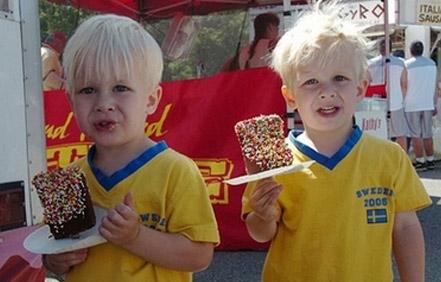 来自瑞典的双胞胎兄弟正在享用冰激凌