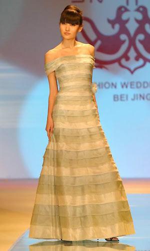 模特展示精美的婚纱礼服
