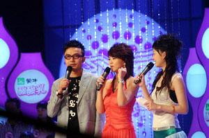 成都商报:李湘主持超级女声成都唱区比赛(图)