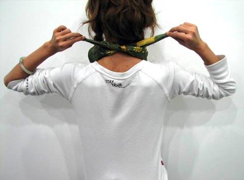 要点:此种系法会将丝巾大面积的展示出来,所以在系之前一定要事先