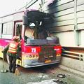 【武汉一公交司机赤脚架窗沿开车