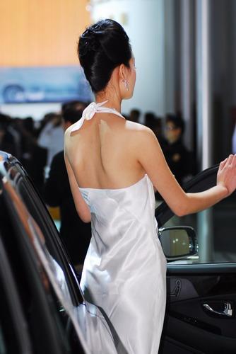 图为北京车展模特背影