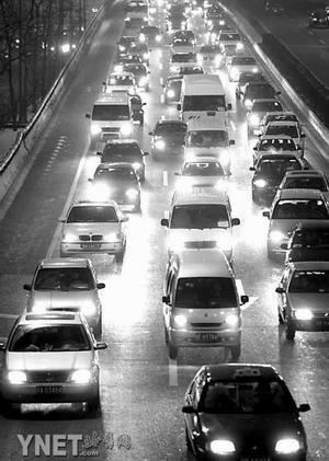 平安夜北京大堵车周末又逢路面积雪还未化