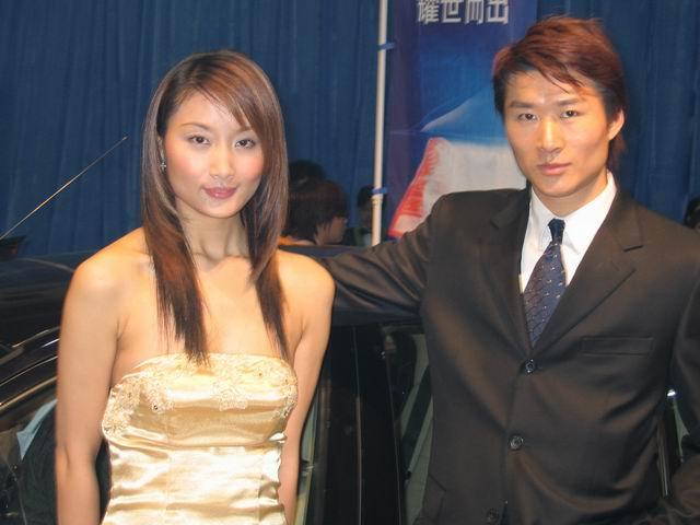 帅哥和美女美女拿手机微信红包合影图片